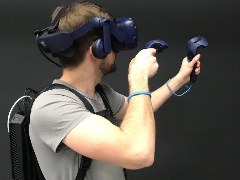 Eine Person in nutzung einer VR Brille